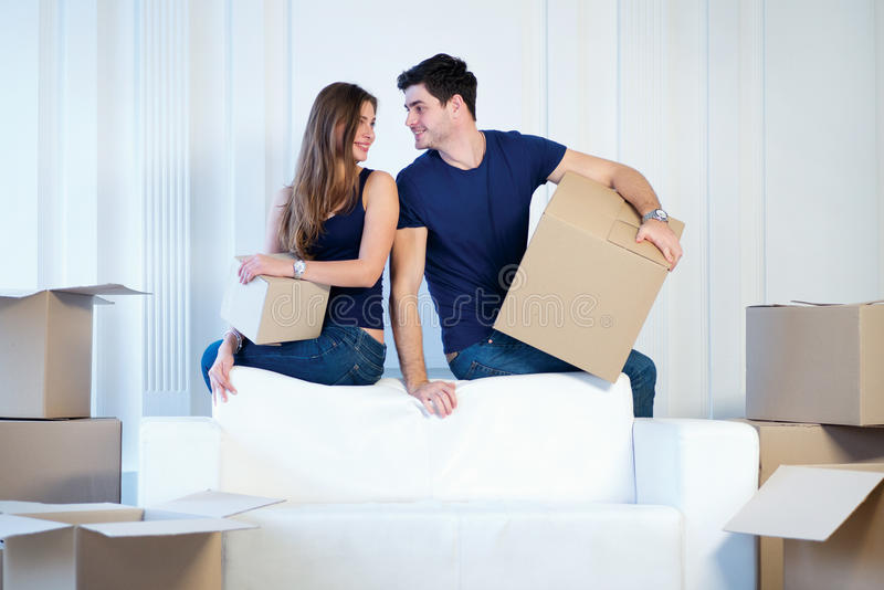 Muovendosi verso una nuova casa e riparazioni nell'appartamento Ami le coppie fotografia stock libera da diritti
