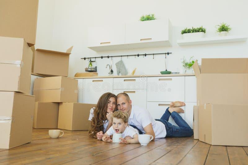 Muovendosi verso una nuova casa Famiglia felice con le scatole di cartone fotografia stock libera da diritti