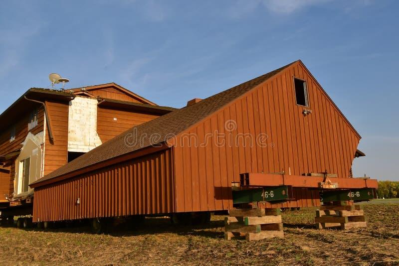 Muovere una casa sulle travi d'acciaio fotografie stock libere da diritti