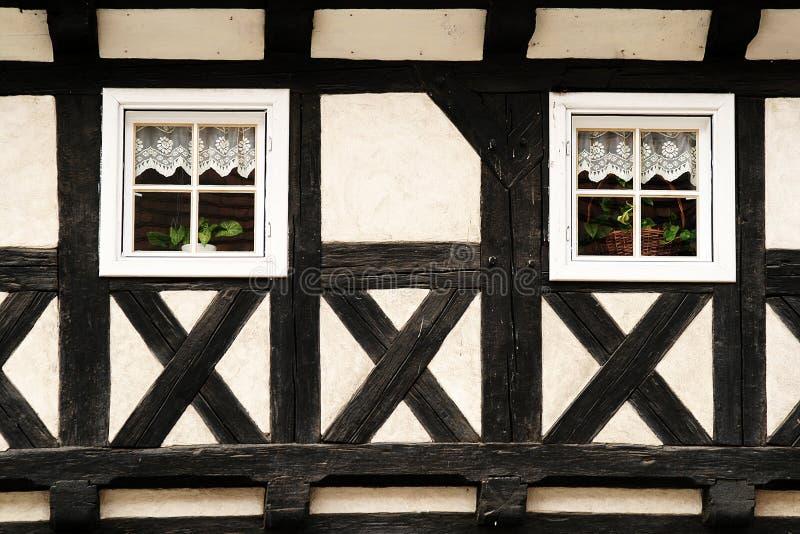 Mur à colombage avec deux fenêtres image stock