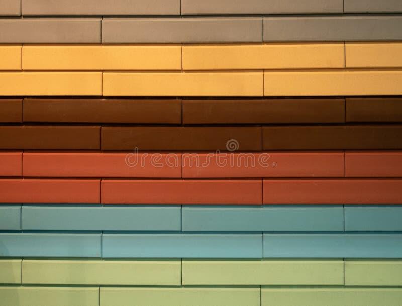Mur abstrait de mod?le fait de diff?rentes briques de couleurs photo libre de droits