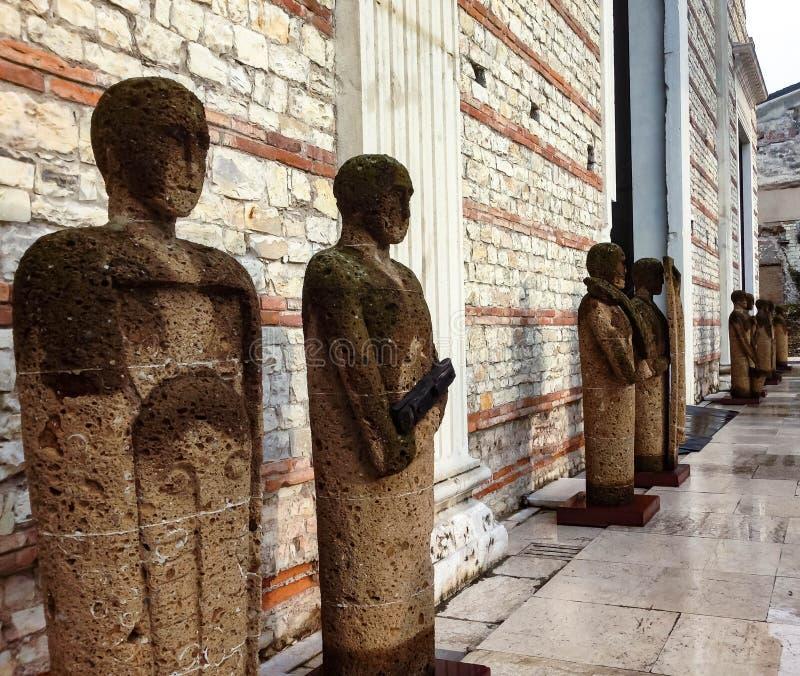 Mur antique dans le théâtre romain et statues le long de lui images libres de droits
