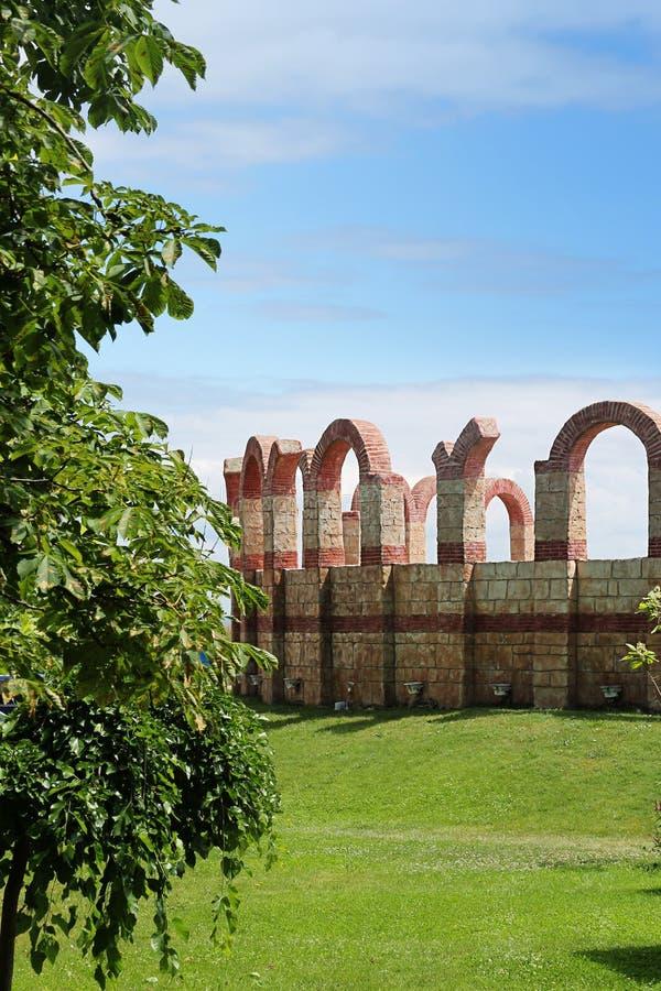 Mur antique de forteresse autour du théâtre photo stock