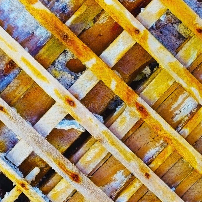Mur antique endommagé - squelette en bois dénudé photos stock