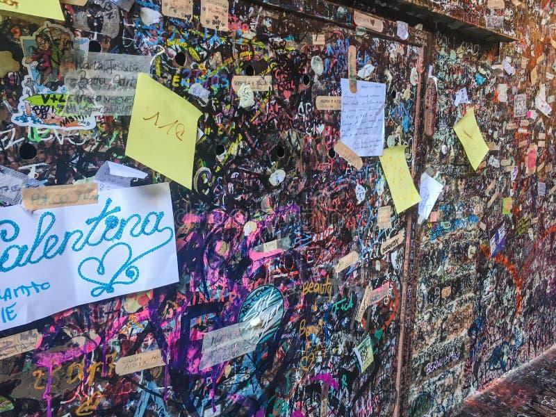 Mur avec des notes d'amour à Vérone, Italie à côté de Juliet's célèbre photographie stock