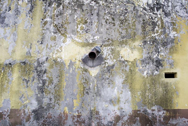Mur avec l'humidité cassée image stock