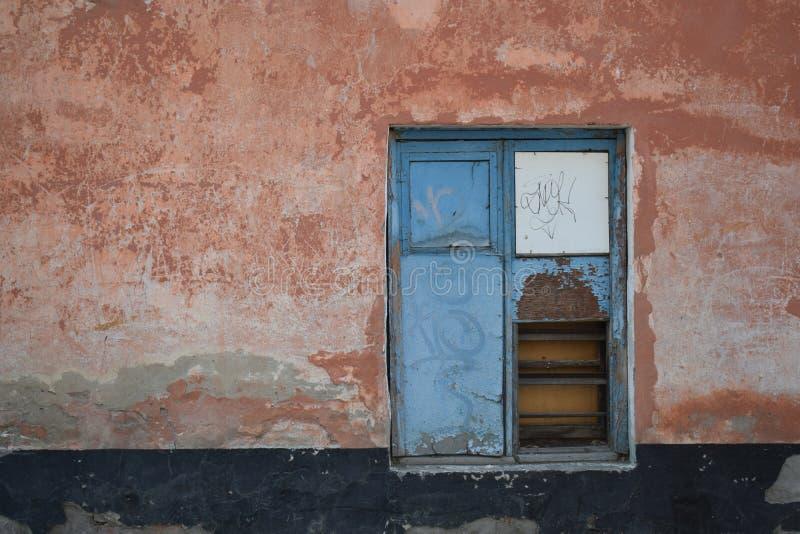 Mur avec la fenêtre photographie stock libre de droits