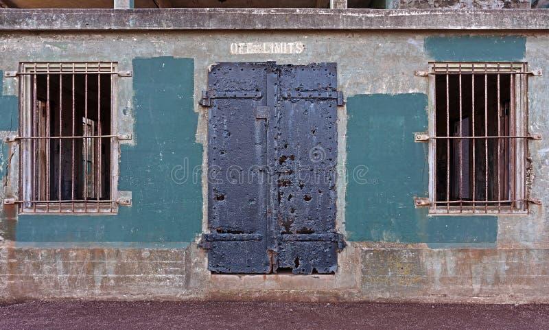 Mur avec la porte et les fenêtres images stock