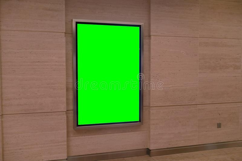 Mur avec le panneau léger de placard publicitaire - moquerie de publicité de couleur verte  photos stock