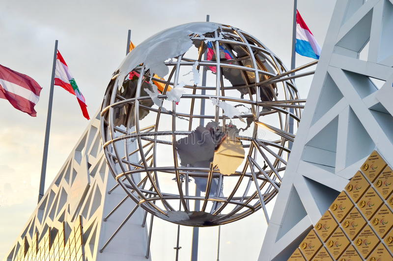 Mur avec les médailles et la statue olympiques de globe photos libres de droits