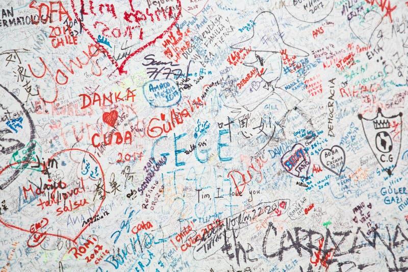 Mur blanc avec beaucoup de graffiti photo stock
