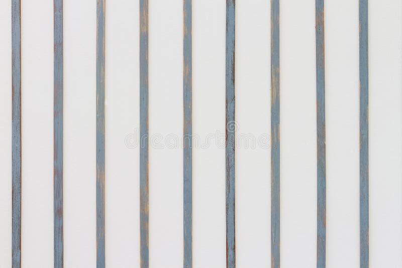Mur blanc avec la décoration en bois de barre photo libre de droits