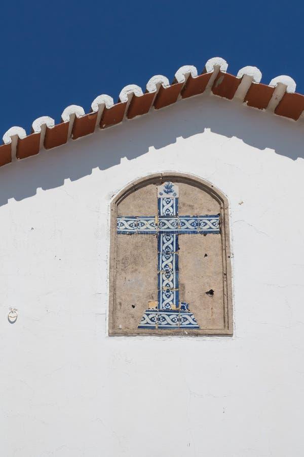 Mur blanc avec une croix images libres de droits