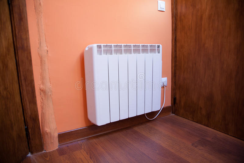 Mur blanc d'orange de radiateur photo stock