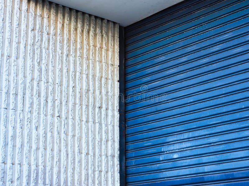 Mur blanc et porte bleue de rouleau photos stock