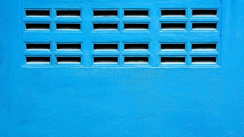 Mur bleu avec des grils de ventilation - fond image stock
