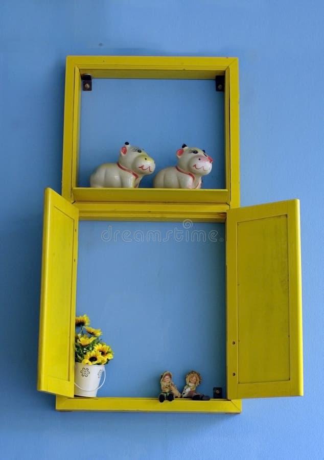 Mur bleu avec l'affichage jaune de fenêtre photographie stock
