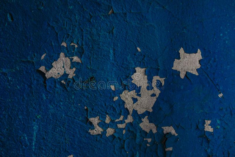 mur bleu de émiettage dans l'entrée de la maison image libre de droits
