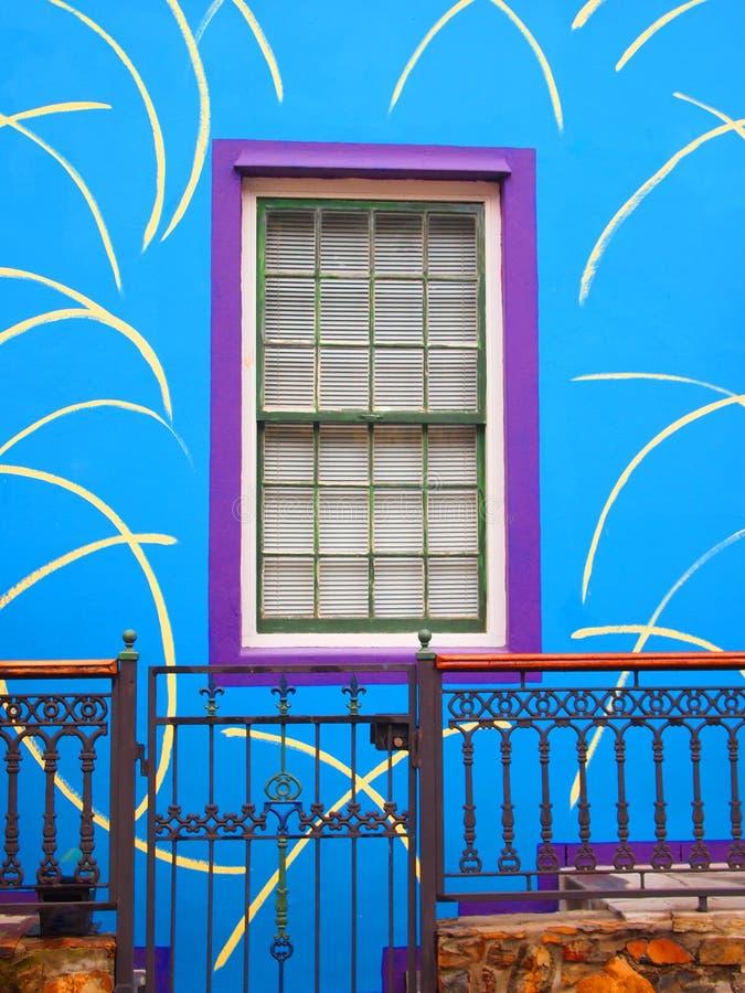 Mur bleu de la maison avec la fenêtre pourpre Porche avec le guichet image libre de droits