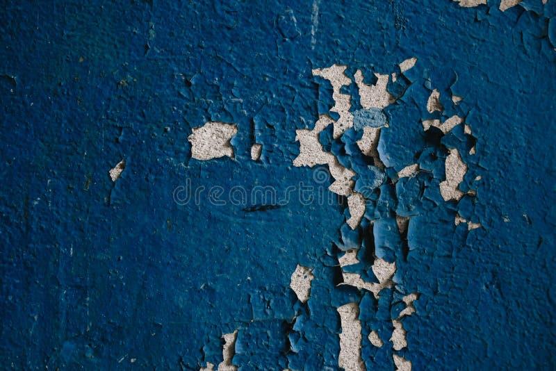 mur bleu de ?miettage dans l'entr?e de la maison photos stock