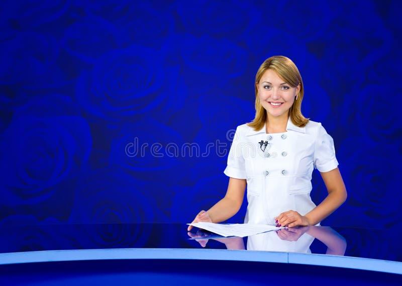 Mur bleu de roses de présentatrice images stock