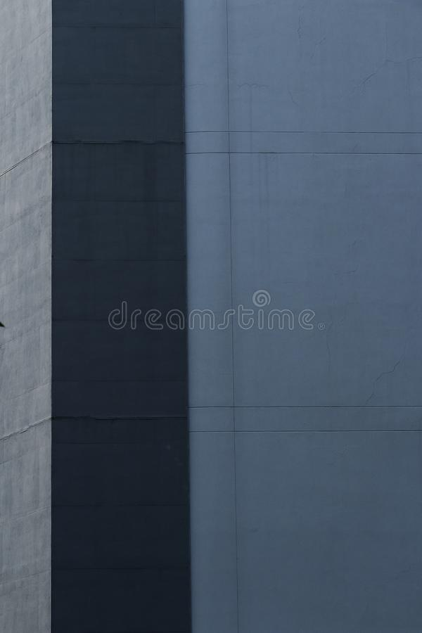 Mur bleu et gris dans des formes verticales d'image établissant l'espace d'architecture pour le texte photos libres de droits
