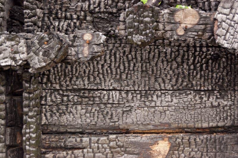 Mur brûlé noir de la maison des planches en bois avec la texture de relief fond pour l'espace de copie photographie stock libre de droits