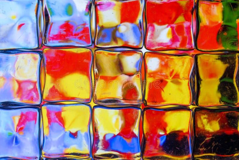 Mur brillamment coloré de bloc en verre photographie stock libre de droits