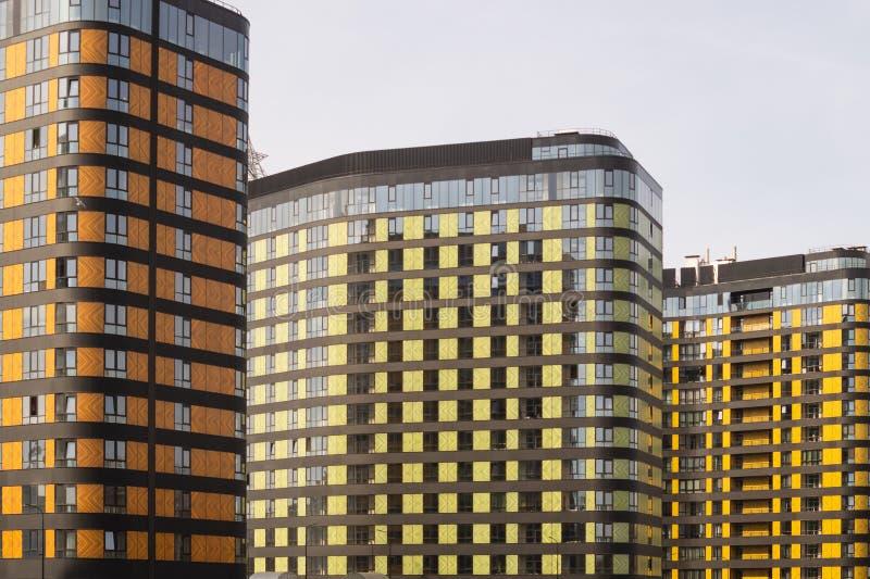 Mur budowlany. szczegóły nowego, zbudowanego, barwnego budynku. nowoczesna budownictwo mieszkaniowe zdjęcia royalty free
