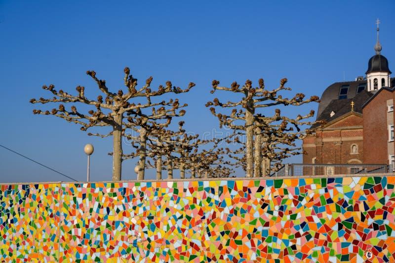 Mur coloré de mosaïque sur le rivage vers la rivière le Rhin dans la ville de Dusseldorf, Allemagne image libre de droits