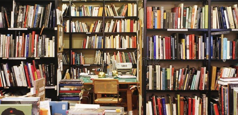 Mur coloré des livres sur les shelfs dans une librairie de ville de Bologna photo libre de droits