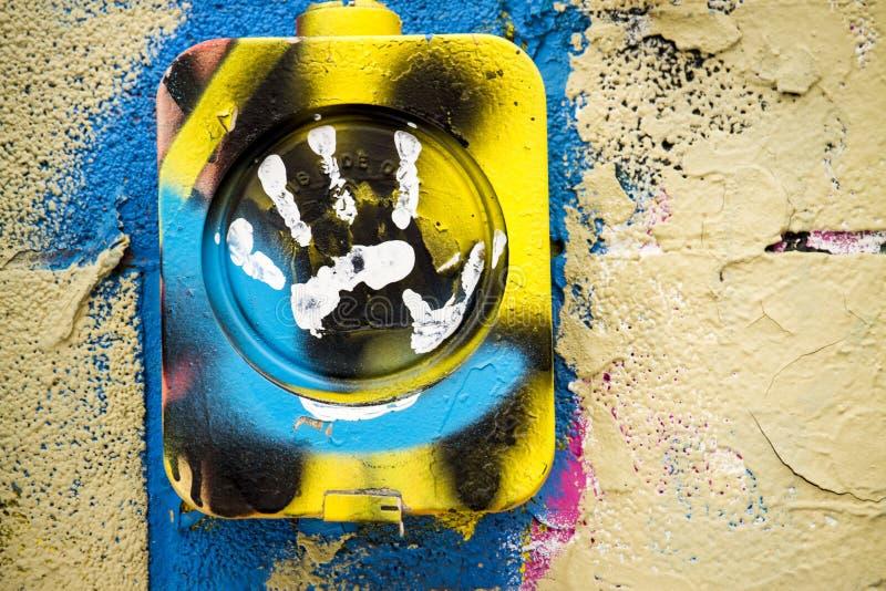 Mur couvert par graffiti avec la copie blanche de main images stock