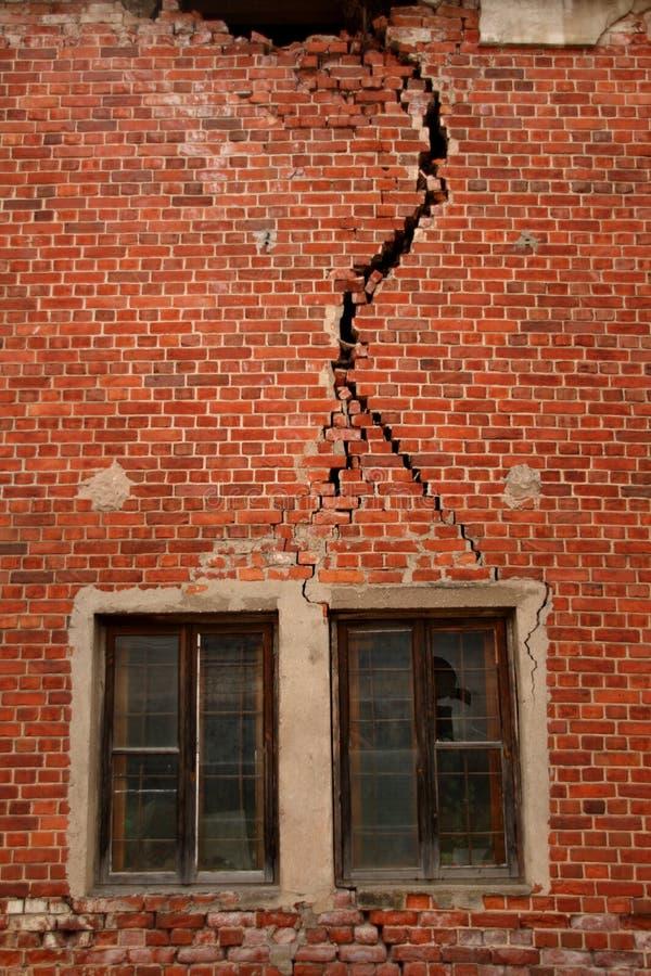 Mur criqué sur la vieille construction image stock