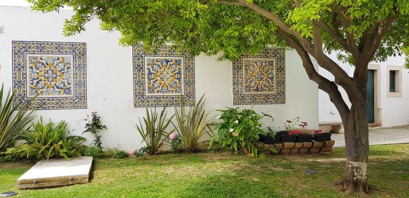 Mur décoré des tuiles portugaises d'azulejo dans la cathédrale de Faro, Algarve, Portugal image stock