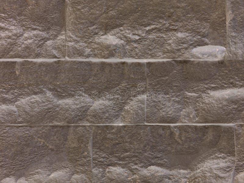 Mur décoratif, construit des dalles en pierre taillées de couleur brune images libres de droits