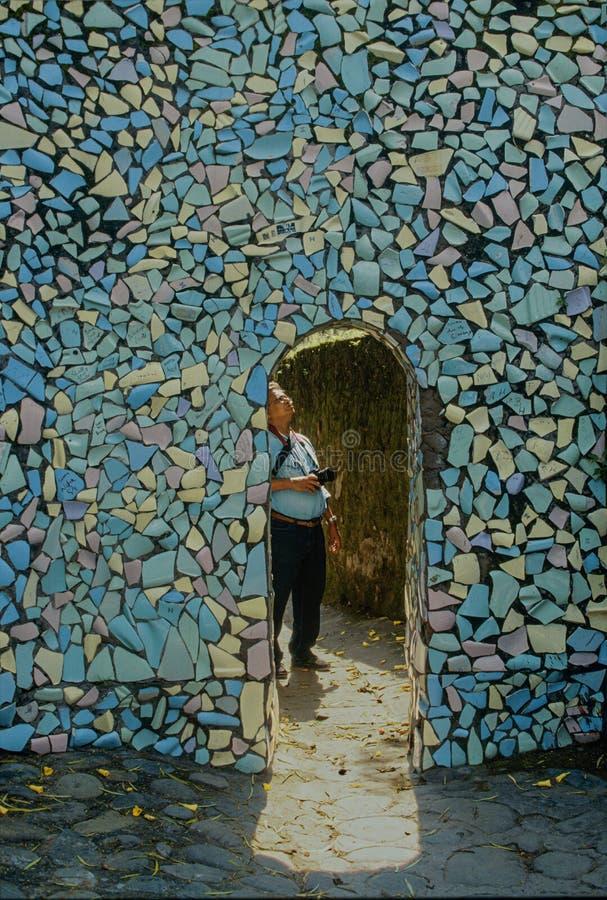 Mur décoratif fait en petite puce de tuile dans le jardin de roche au territoire INDE des syndicats de Chandigarh image libre de droits