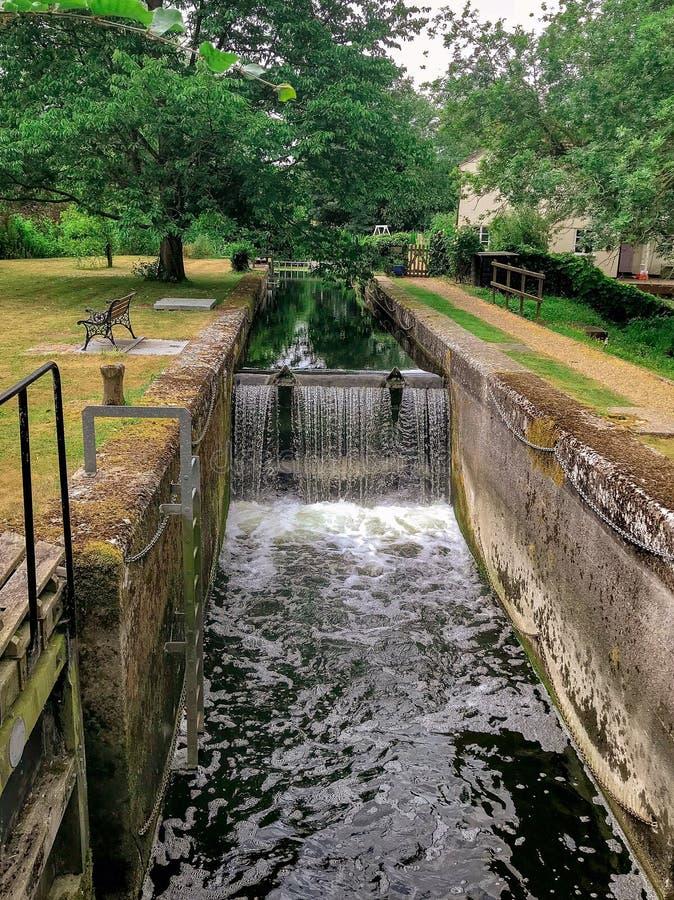 Mur d'échelle de banc d'herbe de bulles de calme d'essex de cascade de rivière d'arbres de vert de pays d'agent de police de Dedh photographie stock libre de droits