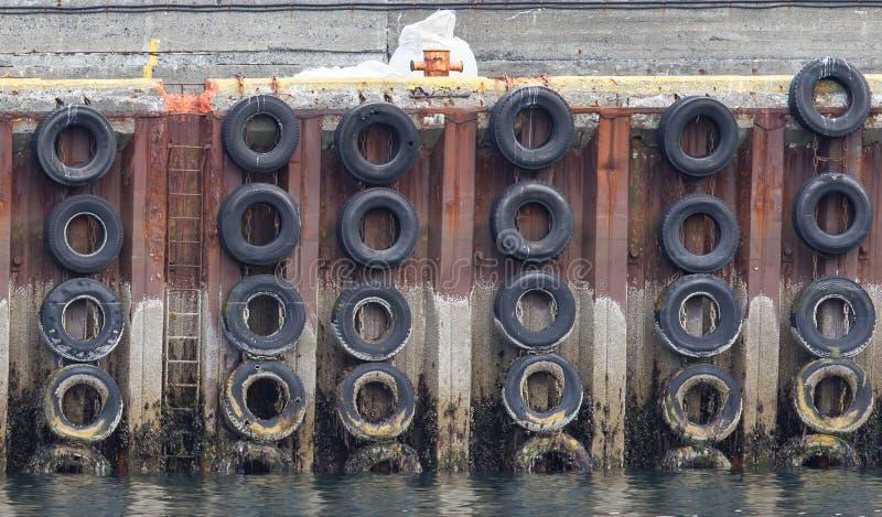 Mur d'amarrage avec des pneus de voiture photo stock