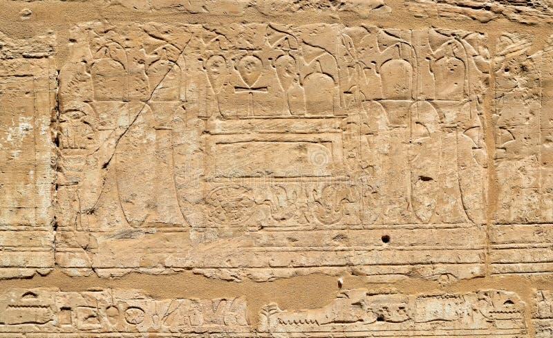 Mur d'hiéroglyphe de l'Egypte de temple antique de Karnak photo stock