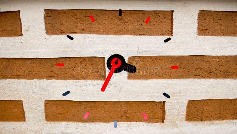 Mur d'horloge sur le fond de brique photographie stock