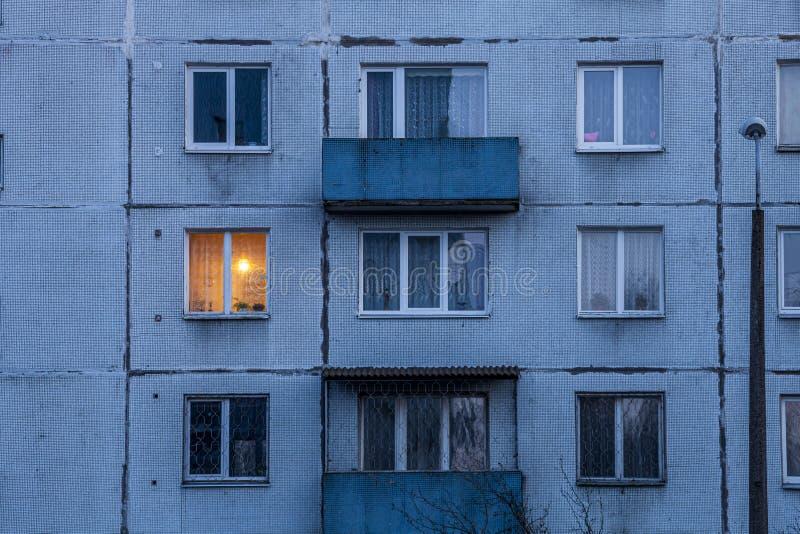 Vieux Appartements Soviétiques De Bloc Photo stock - Image du appartements,  panneau: 46210524