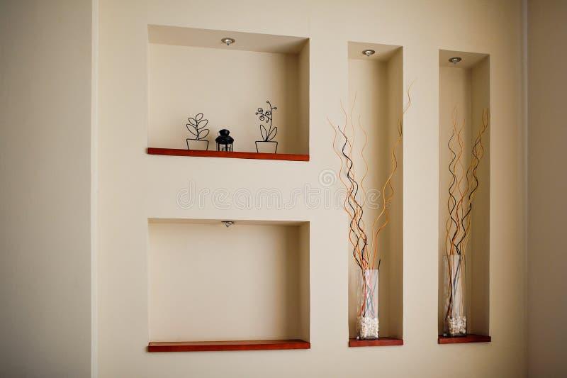 mur dans une chambre avec des renfoncements pour la d coration photo stock image du d cor. Black Bedroom Furniture Sets. Home Design Ideas