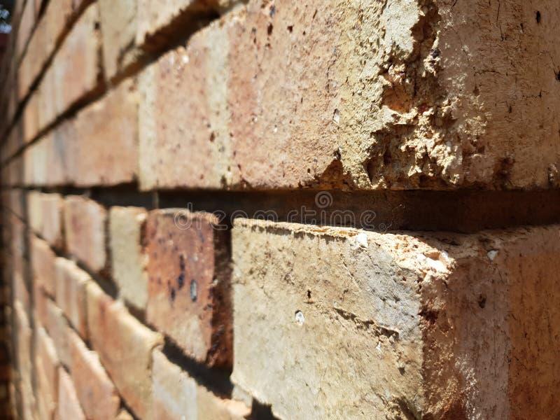 Mur de briques à l'angle différent images libres de droits