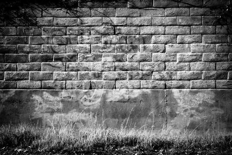 Mur de briques affligé en noir et blanc image libre de droits