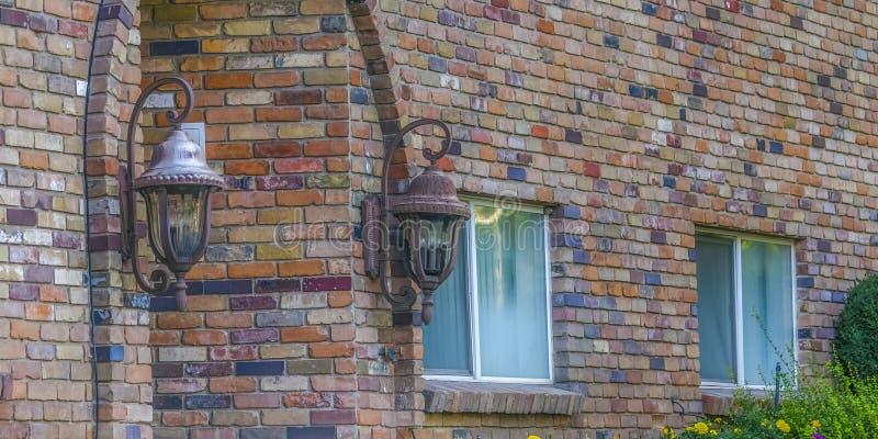 Mur de briques avec des fenêtres de lampes et la manière arquée d'entrée images libres de droits