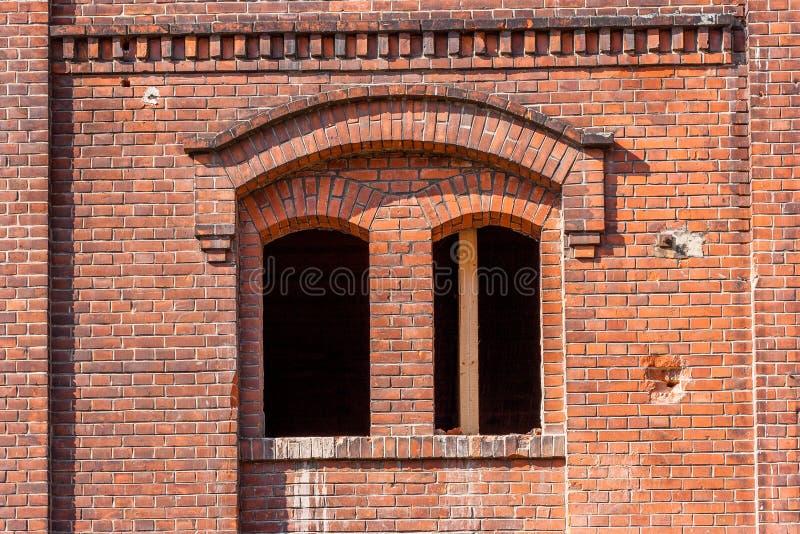Mur de briques avec l'hublot images libres de droits