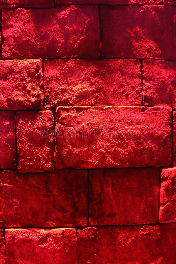 Mur de briques avec l'illumination rouge Configuration texturis?e photographie stock