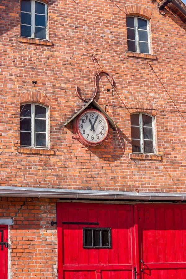 Mur de briques avec la fenêtre et l'horloge murale photos libres de droits