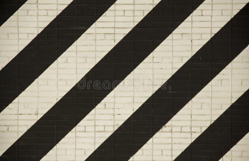 Mur de briques avec les lignes diagonales larges blanches et noires Texture de surface approximative photo libre de droits