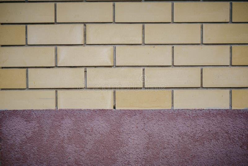 Mur de briques avec une bande de base images libres de droits